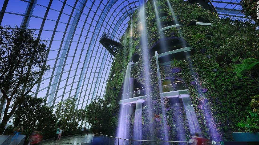 L'enorme cascata costruita all'interno di un edificio di Singapore
