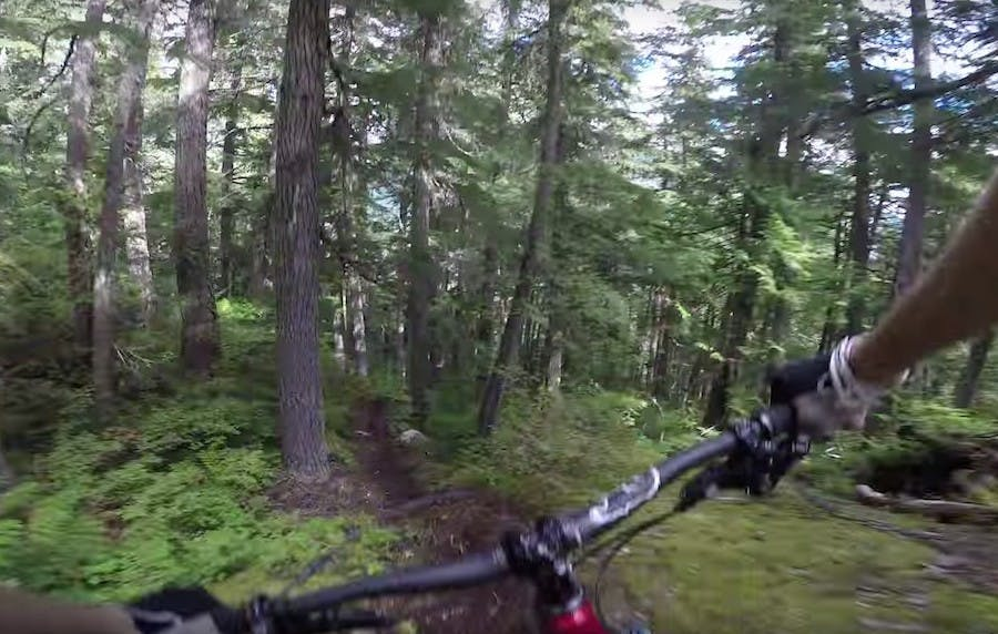 La discesa estrema in mountain bike ripresa da una GoPro