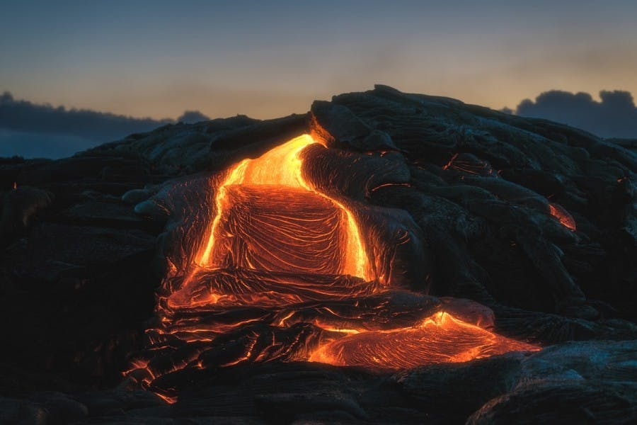 Lo scatto perfetto di una stella cadente sopra un vulcano