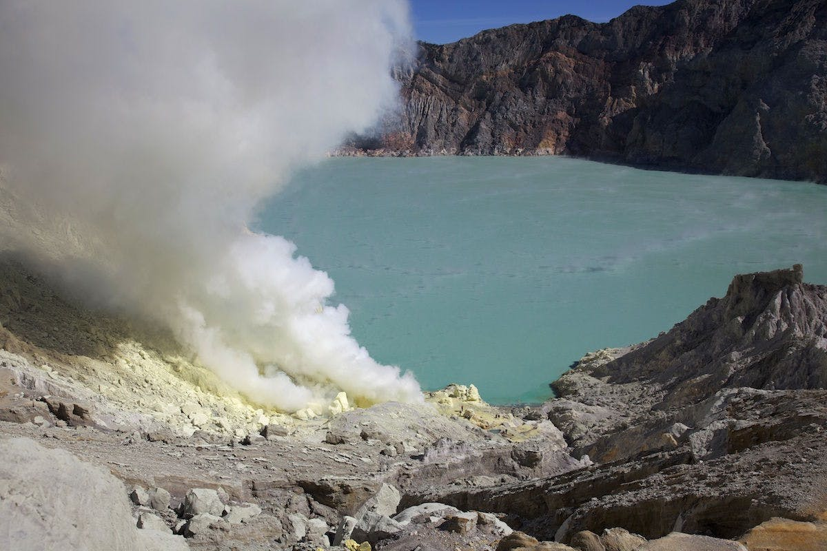 Questo vulcano indonesiano erutta