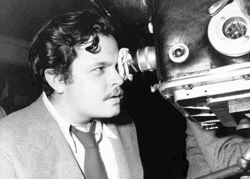 Welles durante le riprese di The magnificent Ambersons. Via
